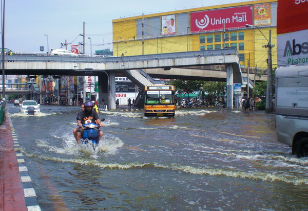 Both sides of Pahonyothin Road at Central Ladprao and Union Mall completely flooded - five hours after I took this photo, the road became completely impassable by small vehicles