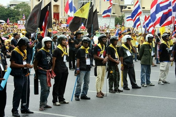 armed demonstrators yellow shirts thailand