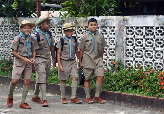 800px-School_students_Thailand_1